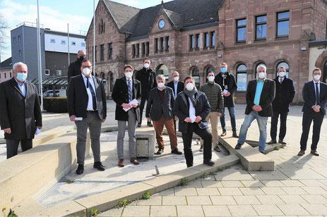 Die 13 Bürgermeister vor dem Bahnhof in Bad Hersfeld. (Foto: Volker Kilgus)