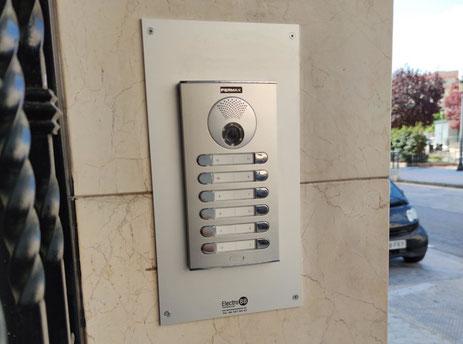 Detalle de placa Cityline de Fermax instalada en exterior de comunidad
