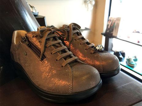 靴の雰囲気を変えるシューレースチャーム(靴ひも用アクセサリー)もあります