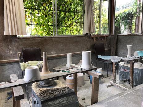 晩香窯工房:庄村健、庄村久喜が日々制作している空間。ろくろ成形から削り作業を行う。数々の美しい磁器の作品が生まれている