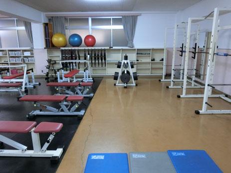 充実したトレーニングルームの一角をお借りしました。