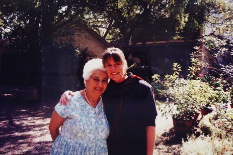 1994 ; Geri Layne Craddock and Katie at Meherazad, India