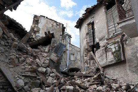 Les séismes peuvent entrainer de très nombreuses victimes ainsi que des dégâts matériels importants. La Bible relate plusieurs tremblements de terre.