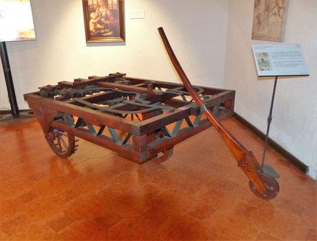 Leonardo da Vinci; Ende 15. Jahrhundert: Fahrmaschine mit Federantrieb (Neubau nach überlieferten Zeichnungen im Museo Leonardo da Vinci in Rom)