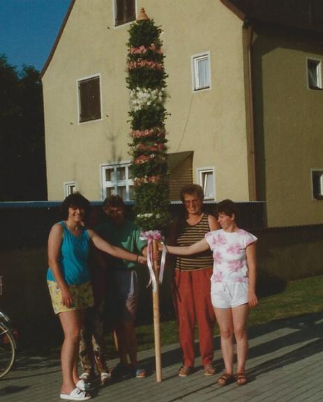 Stolz kann die fertige Blumenstange fotografiert werden.