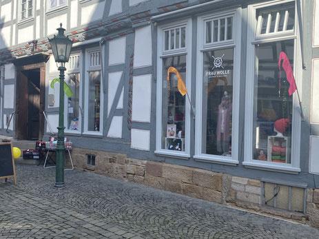 Hier sehen Sie das Ladengeschäft von Frau Wolle in der Fußgängerzone der nordhessischen Fachwerkstadt Melsungen
