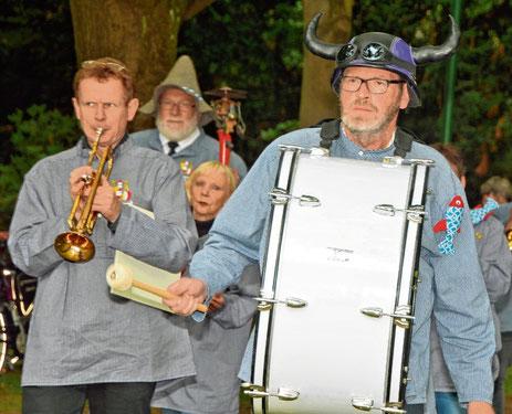 Bei öffentlichen Auftritten ziehen die lustig bekleideten Musiker mit ihrer schrägen Musik die Zuhörer in den Bann.