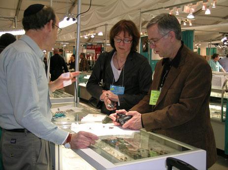 Elisabeth Strack diskutiert in Tucson mit Gary Roskin und Abe Auerbach eine neue Behandlungsmethode für Zuchtperlen.