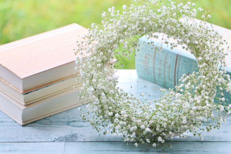 アイデアが思い浮かぶノートブックと万年筆。