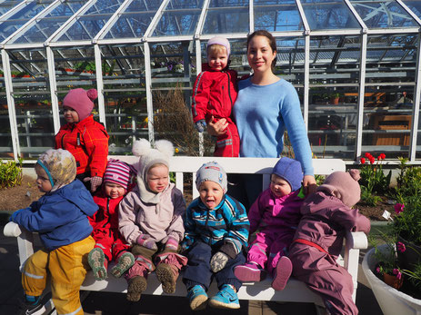 Franziska mit den Kindern der Kinderkrippe