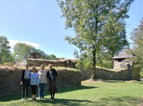 Ricarda, Sr.Marta, Sr.Ane-Elisabet und Studentin Ingvild an der Klosterruine auf der Insel Hovedøya