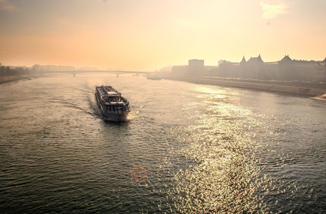 Flusskreuzfahrtschiff passiert Budapest