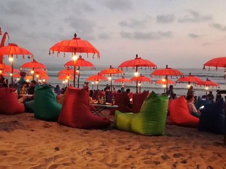Genieten van de zonsondergang in een van de gezellige strandtentjes op het strand van Seminyak