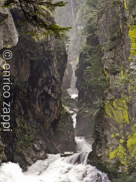 La gola in cui scorre il torrente che origina la prima cascata di Riva di Tures