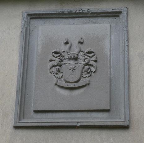 das Wappen der Familie Renz, einem ehemaligen Käser, auf dem Scherbenhof; unter dem Haus befindet sich heute noch ein grosser Käsereifungs-Keller
