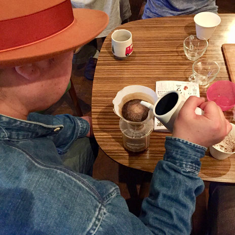 コーヒーイベントでコーヒーを淹れる中川ワニさん(写真:三枝克之)