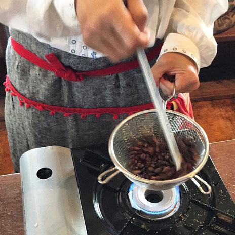 コーヒーイベントで手焙煎の見本を見せる中川京子さん(写真:三枝克之)