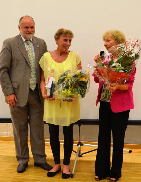 Verabschiedung der langjährigen Elternbeiratsvorsitzenden Elke Huber durch Rektorin Philipp und Bürgermeister Einwang     (ram)