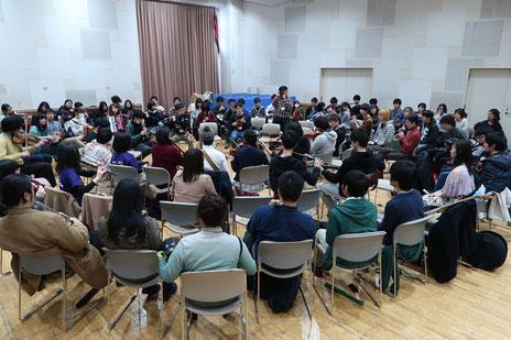 ICF参加者たちの大セッション。120名以上の参加があったそうです。日本のアイルランド音楽界の未来は明るい!?