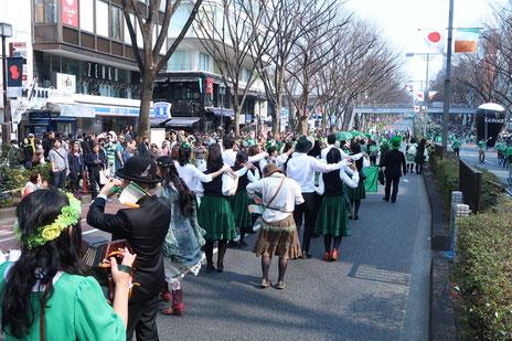 アイルランド音楽の国際協会「Comhaltas Ceoltoiri Eireann」日本支部の隊列