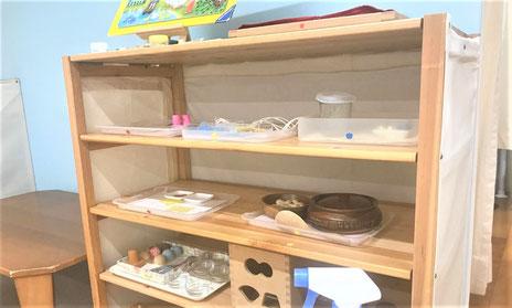 幼児教室のモンテッソーリ活動で、感染対策としてひとりで使うことのできる教具の棚を用意しました。