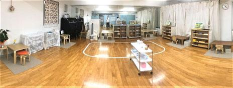幼児教室のモンテッソーリ活動にあたり、感染対策としてひとりひとりの机と教具を距離を離して配置してソーシャルディスタンスの確保をはかりました。
