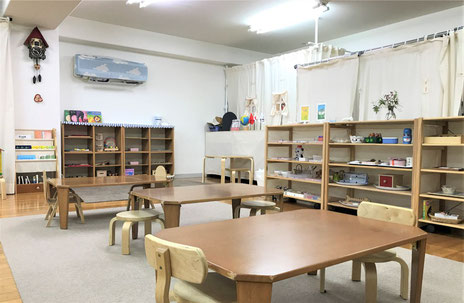 モンテッソーリの活動で、未就園児向けに、教具や絵本などを配置しています。