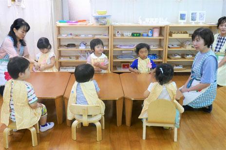 モンテッソーリ活動では、幼児のサイズに合わせた机やイスを用意して、自由に活動できるようにしています。