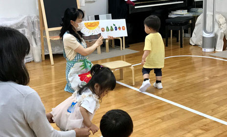 幼児教室のリトミックでピアノに合わせて活動したり絵本を楽しみました。
