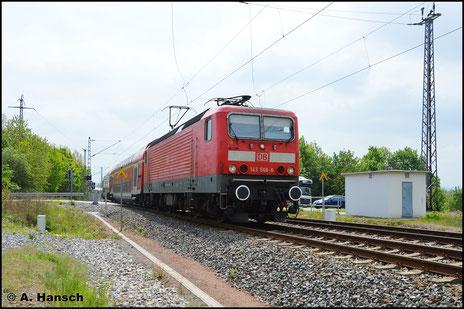 Am 14. Mai 2016 ist 143 566-8 zwischen Chemnitz und Elsterwerda im Einsatz am RE. Sie trägt inzwischen weiße Pufferringe. Beim Verlassen des ehem. Abzw. Furth in Chemnitz entstand dieses Bild