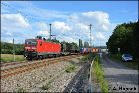 143 055-2 zieht am 23. Juli 2017 einen Militärzug durch Chemnitz-Furth gen Riesa. Der Zug kam mit 232 280-8 aus Marienberg und wurde erst in Chemnitz Hbf. von der Ellok übernommen
