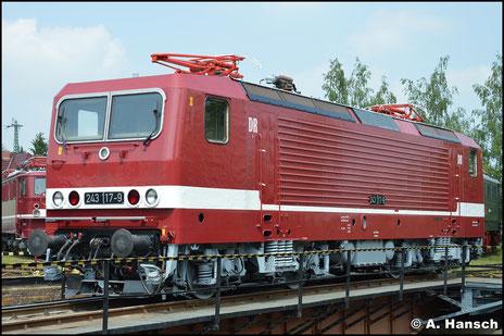 143 117-0 wurde vom TEV Weimar in den äußeren Zustand ihrer Reichsbahnzeit zurück versetzt. Am 28. Mai 2016 schaute ich mir die Lok beim Eisenbahnfest in Weimar an
