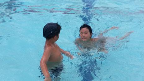 夏は外でプール遊び