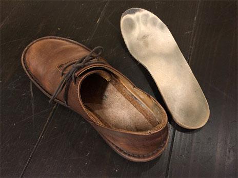 音鳴りする私の靴です インソール(右上)を取り外した底面が中底になります