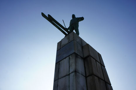 日本スキー発祥の地、金谷山にそびえ立つレルヒ像。今日も高田平野を見守り続けています