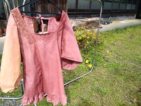 昔ながらの割烹着、右を濃いピンク・左そでを黄色ベンガラで。