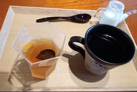 デザート付。高梁紅茶と干ピオーネのゼリーと飲物。