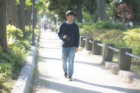 奈良県香芝市を歩く腰椎ヘルニアの男性