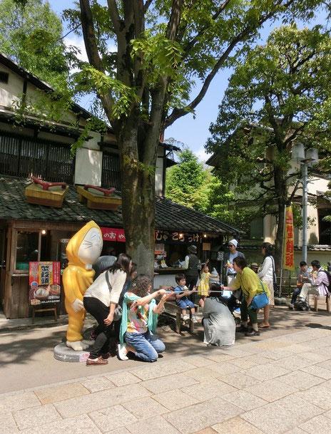 5月2日(2015)記念撮影をする人たち:4月26日、深大寺参道にある鬼太郎茶屋の前にて