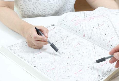 不動産に関するカウンセリング:クライアントと地図を見ている写真