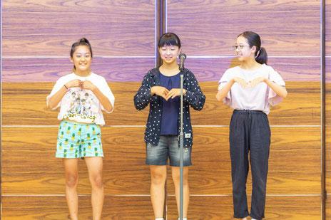 英語劇中で、ダンスを披露