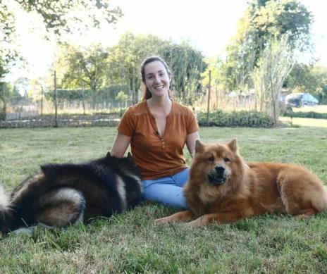 Diane Bourin, interprète animalier, assise en compagnie de deux chiens de race eurasier.