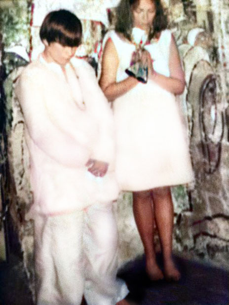 1969 : Ruth with her son Gregg inside Meher Baba's tomb at Meherabad, India