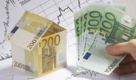 Geldscheine als Haus geformt und lose zum Umschulden bestehender Immobilienfinanzierungen