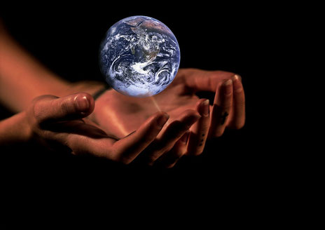 """Il règne, Jéhovah; il s'est revêtu de majesté, Jéhovah s'est revêtu de majesté et s'est ceint de force! Aussi la terre, maintenue par toi, ne chancellera pas. Dites parmi les nations: """" Jéhovah est roi; aussi le monde sera stable et ne chancellera pas;"""""""