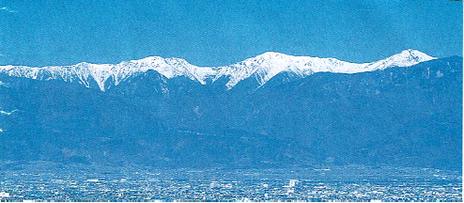 南アルプス連峰と甲府市街の写真