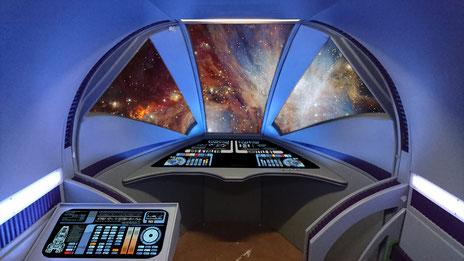 Computergrafik des Shuttles mit fertigen Displays und Blick auf den Orion-Nebel