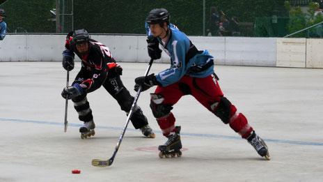 Royals-Verteidiger Heinrich Ehrig (rechts) läuft seinem Gegenspieler davon.