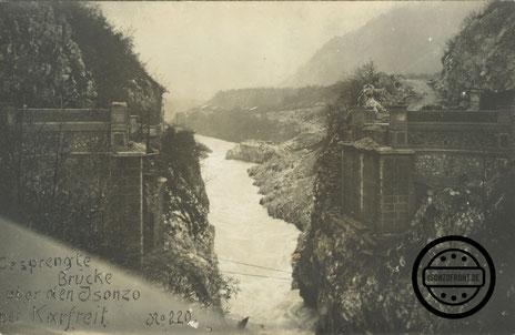 Die gesprengte Napoleonbrücke in den Tagen nach dem Durchbruch im Oktober 1917. Sammlung Isonzofront.de