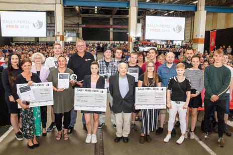 Die Preisträger präsentieren Stolz ihren Sally-Perel-Preis. Foto: Volkswagen